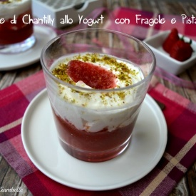 COPPE DI CHANTILLY ALLO YOGURT CON FRAGOLE E PISTACCHIO
