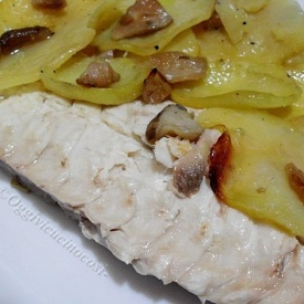 Orata al forno con funghi porcini su letto di patate - Pesce su letto di patate ...